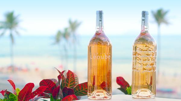 Vinhos rosés degustados com vista para a praia de Ipanema