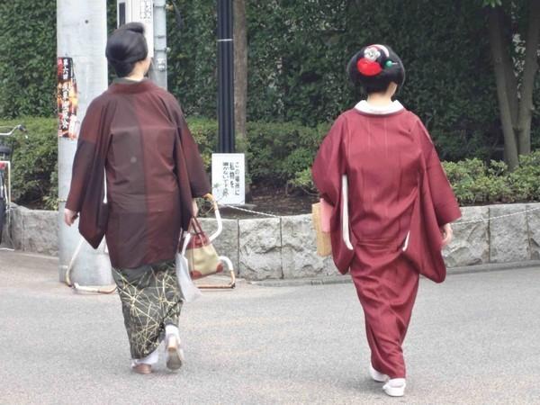 Gueixas caminhando em Asakusa em Tóquio