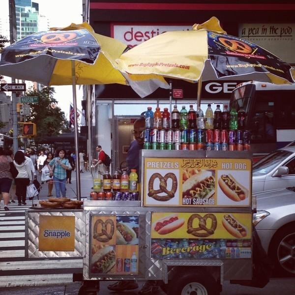 Food Cart, o carrinho de cachorro quente tradicional de Nova Iorque