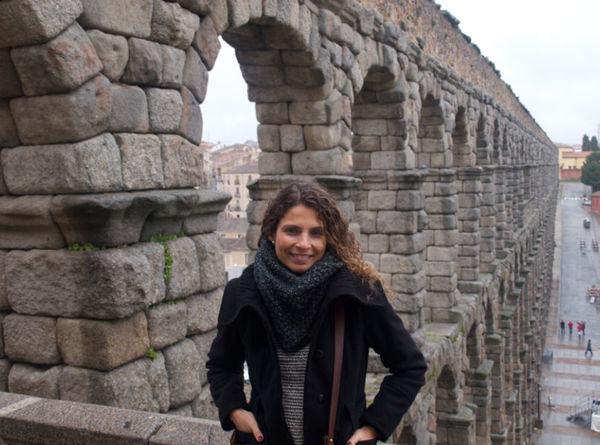 Ao fundo aqueduto de Segovia, Espanha