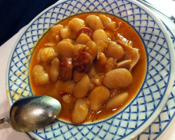 Judiones de la granja comida tradicional de Segovia, Espanha