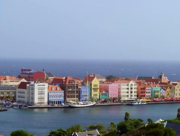 Casas coloridas em frente ao canal
