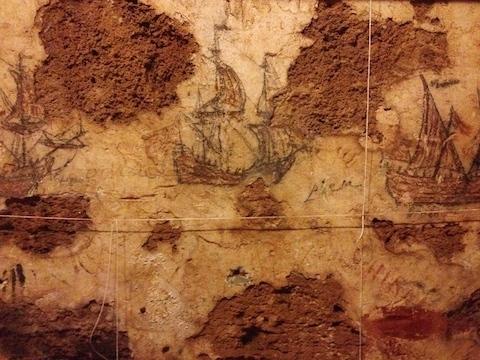 Desenho feito séculos atrás por piratas reais, nas paredes do Castillo San Cristóval