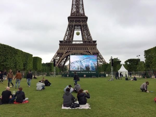 Torre Eiffel com transmissão de Roland Garros no telão 2014 - Paris