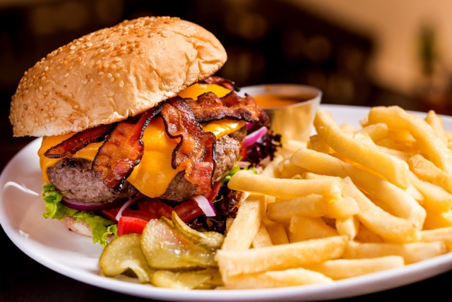 Bacon Cheese Burguer com molho mostarde e mel perto - Murrays Burgers Republic foto Filico