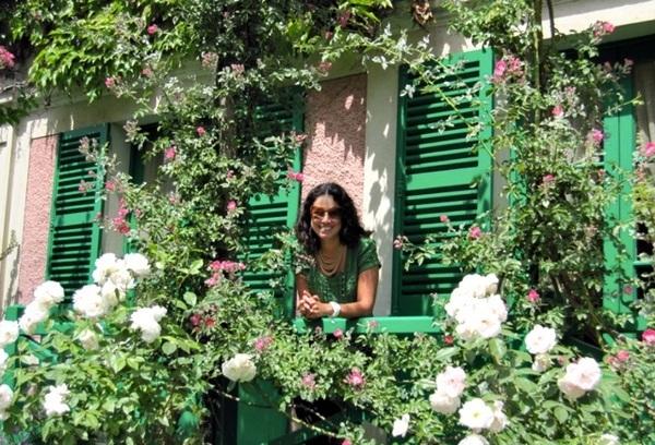 na janela da casa do Monet