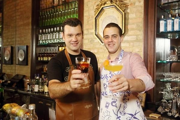 O melhor barman do mundo e o melhor barman do Rio no Paris Bar