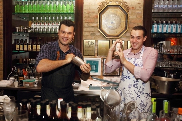 O melhor barman do mundo e Alex Mesquita no Paris Bar