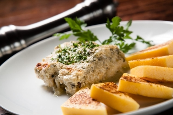 Bacalhau cozido no leite, com cebola, alcaparras e anchovas, servido com polenta grelhada