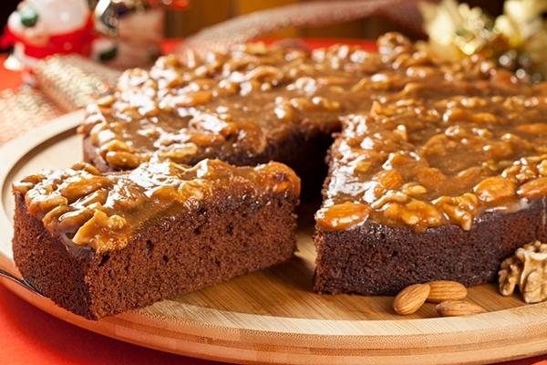 Bolo molhado de chocolate com calda toffee com nozes e amêndoas