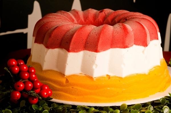 Torta gelada de framboesa com coco e manga