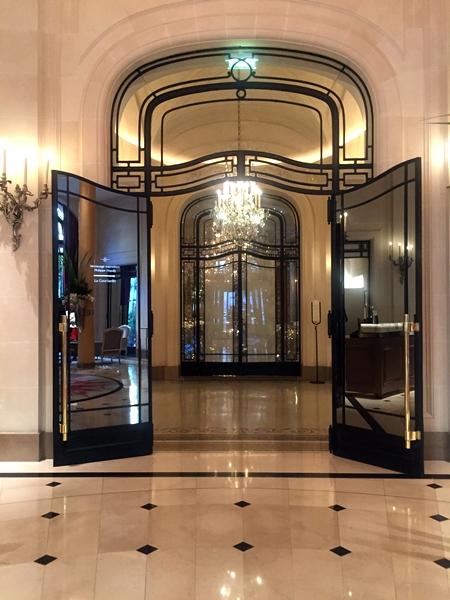 Ambiente do lobby do Plaza Athénée Paris - hospedagem 5 estrelas