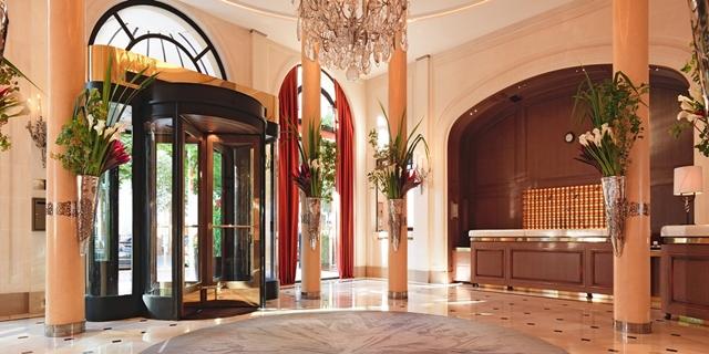 Hospedagem 5 estrelas em Paris - lobby Plaza Athénée