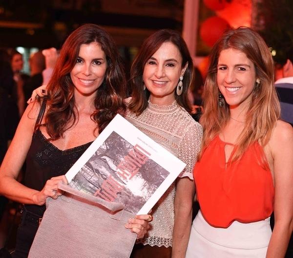 Chris Pitanguy com a revista SL e Ana Carolina e Bianca Gayoso, donas do Sushi Leblon