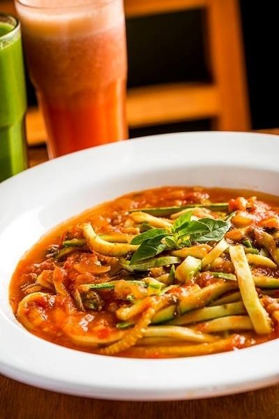 Espaguete de abobrinha ao molho pomodoro