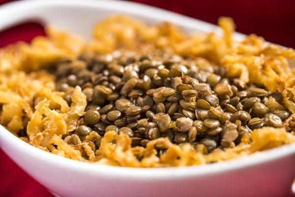Arroz com lentilha e cebola crocante