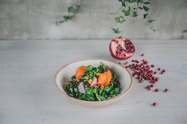Salada de quinoa com mini agrião, lascas de salmão, rabanete, manga e vinagrete de romã