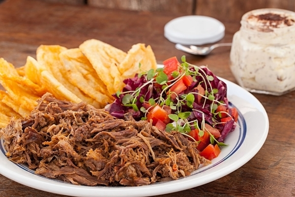 Costela desfiada com fritas e salada e Tiramisú