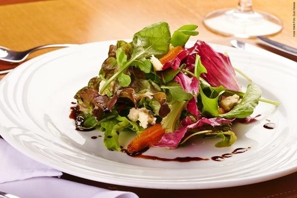 Mix de folhas com damasco e gorgonzola e molho teriaky