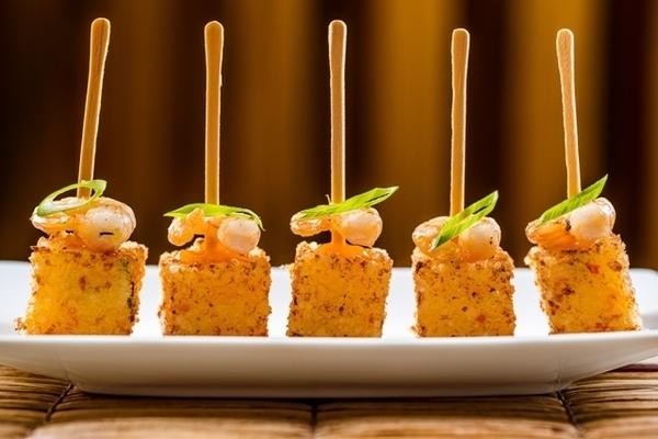 Dadinhos de tapioca com queijo e camarão grelhado