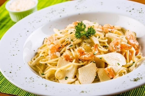 Espaguete com camarão e pupunha fresca