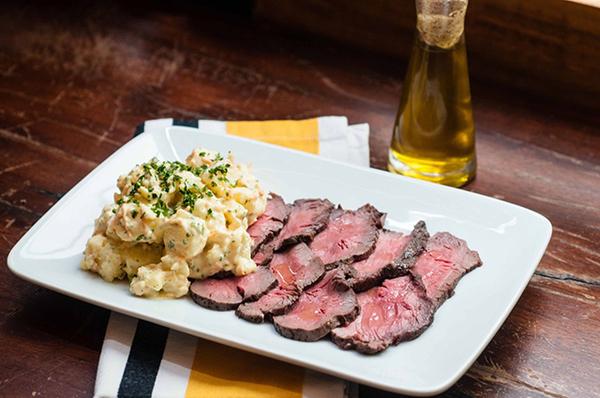 roastbeef em fatias com salada de batata