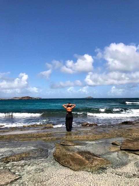 Fazendo pose na praia ao lado do Guanahani
