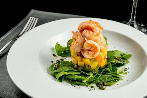 Salada de camarões tropical