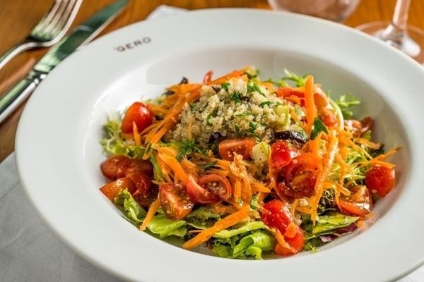 Salada verde com quinoa, abobrinha, cenoura, tomates e azeitonas