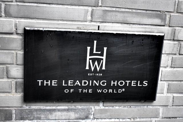Placa da Leading na entrada
