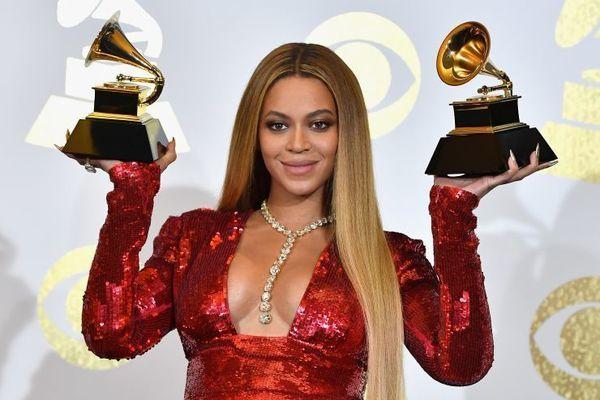 Beyoncé com os dois prêmios