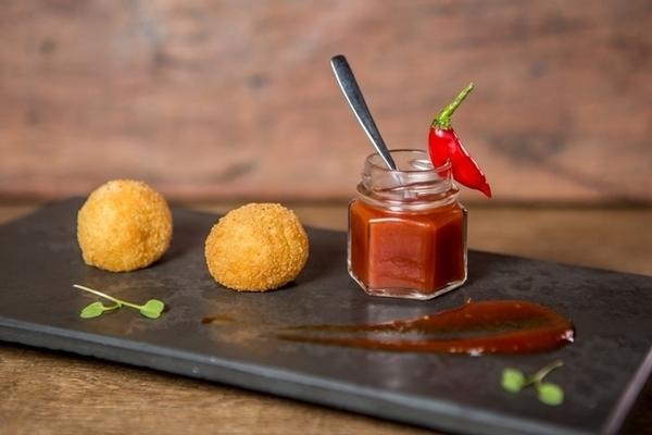 Bolinhos de queijo Jersey e Tulia com geleia de tomate e pimenta