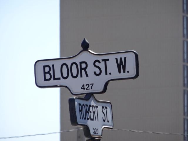 Placa de rua com o nome da Bloor St. W. 427