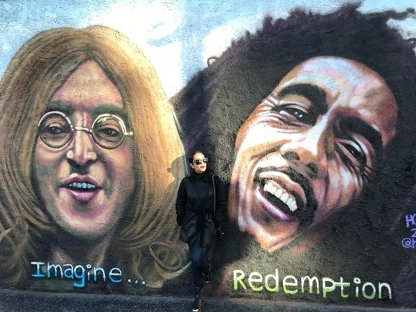 mulher em parede grafitada