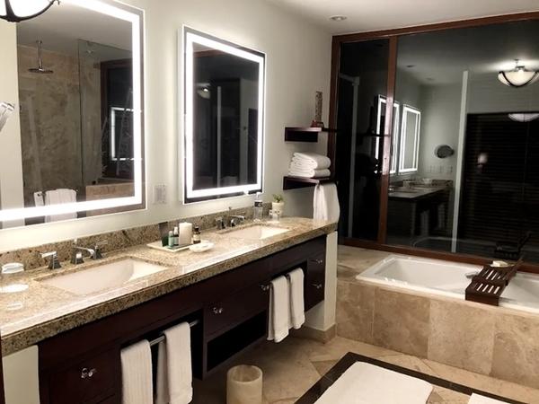 banheiro com duas pias e banheira