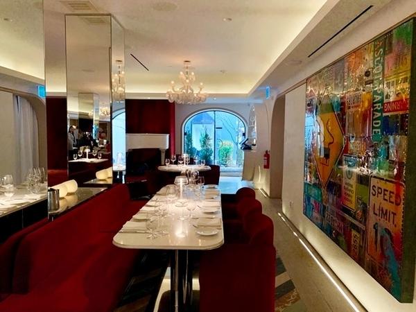 interior do restaurante, com sofás vermelhos