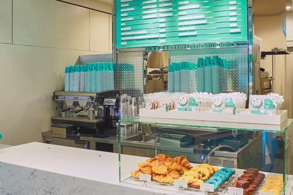 balcão de um café com doces expostos