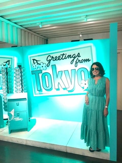 mulher em frente a um painel azul