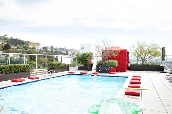piscina de hotel no rooftop