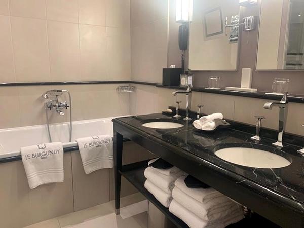 banheiro com banheira e duas pias