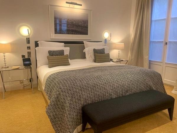 quarto de hotel com cama