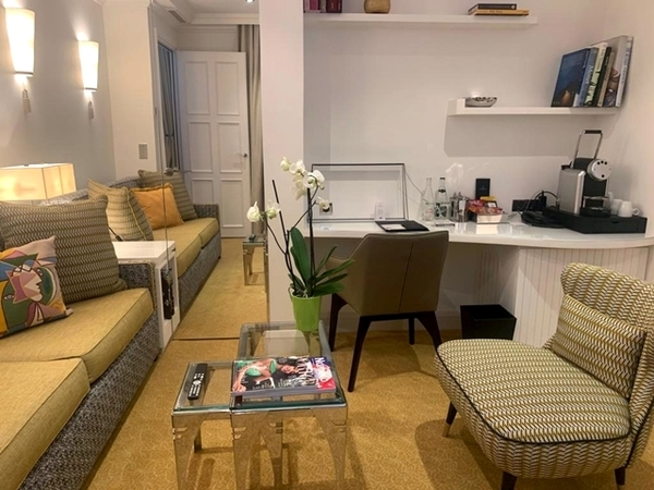 sala de estar de uma das suítes, com sofá mesinha de centro, cadeira