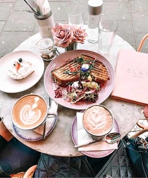 mesa de café com flores rosas, xícaras, pratos