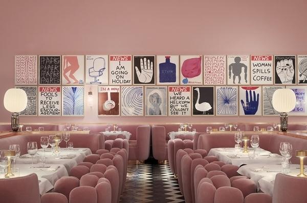 salão de restaurante rosa com quadros na parede