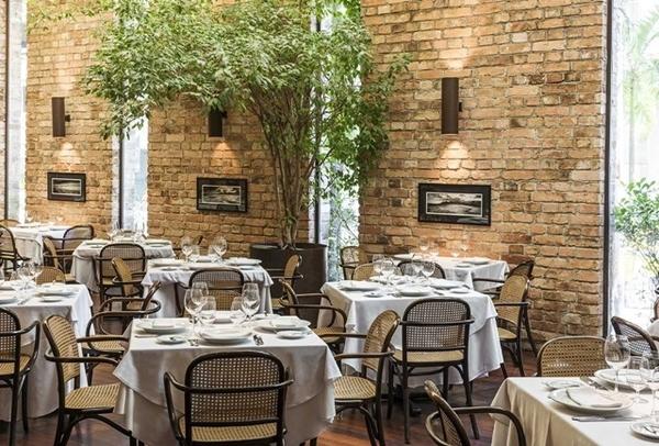 ambiente de restaurante, com mesas e cadeiras
