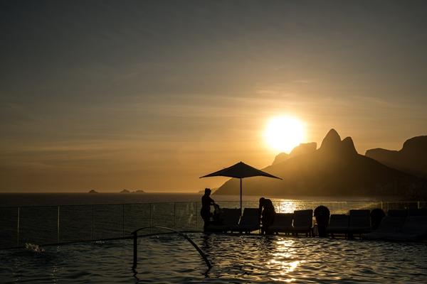 Hospedagem no Fasano Rio- pôr do sol na piscina