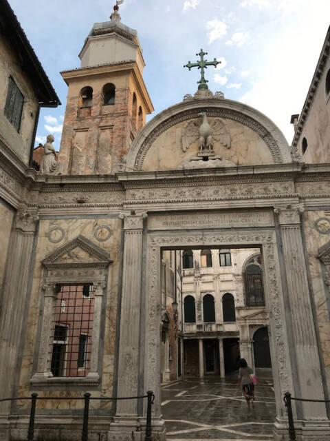 Fachada da `Scuola Grande di San Giovanni Evangelista` - Veneza aberta ao turismo