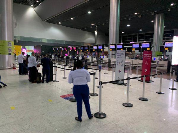 os riscos de viajar de avião durante a pandemia
