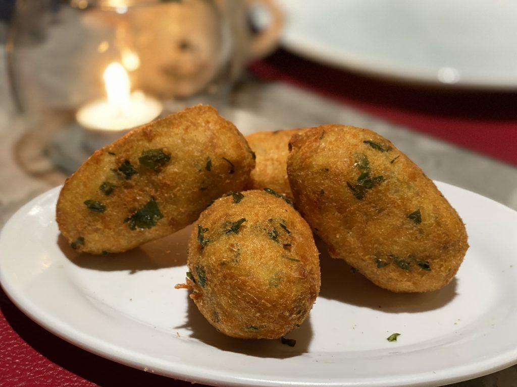 Bolinhos de bacalhau do Adegão Português, uma das sugestões de restaurantes na Barra