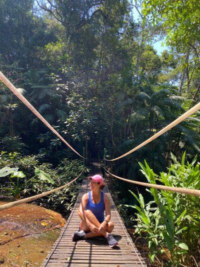 Renata Araújo na ponte da trilha na Floresta da Tijuca